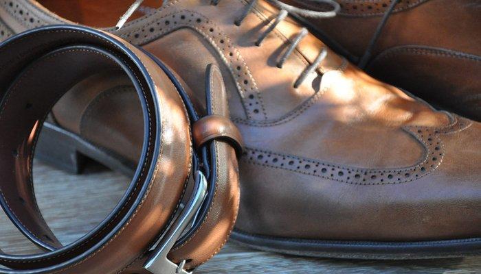 Cintura e calzature in pelle da uomo che potrete trovare in Viale Ceccarini Riccione