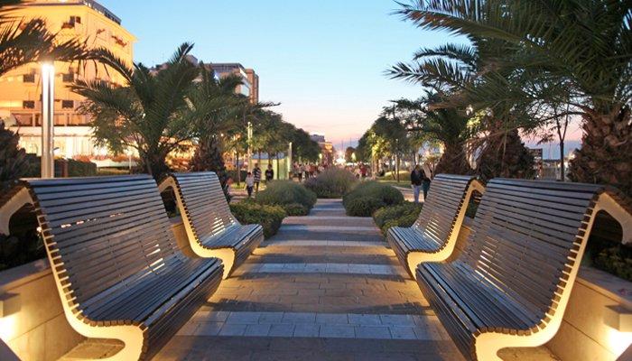 La panchine sul lungomare con hotel Riccione su sfondo per garantire un'accoglienza speciale